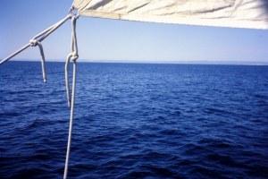 Navegando con viento flojo cerca de la costa de Cádiz. Fotografía: Alfonso Hernández