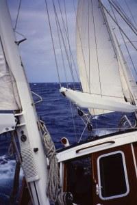Navegando de ceñida con viento fuerte. Fotografía: Alfonso Hernández