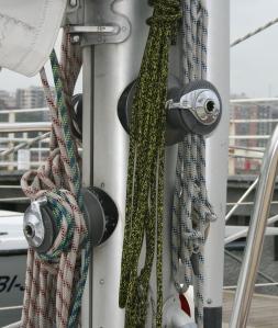 Tener bien organizada la maniobra de los rizos en un barco de vela nos facilitará poder dominar el barco (Fotografía: Alfonso Hernández)