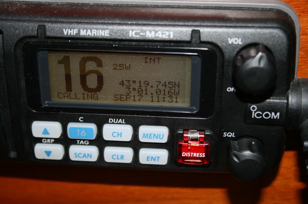 El canal 16 es el que hay que llevar sintonizado permanentemente para recibir los partes meteorológicos y los avisos importantes para la navegación (Fotografía: Alfonso Hernández)