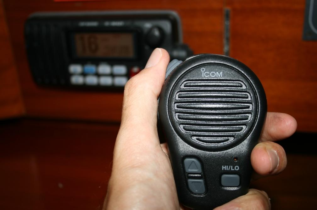 Saber utilizar correctamente el radioteléfono del barco nos dará muchas posibilidades en las comunicaciones marinas (Fotografía: Alfonso Hernández)